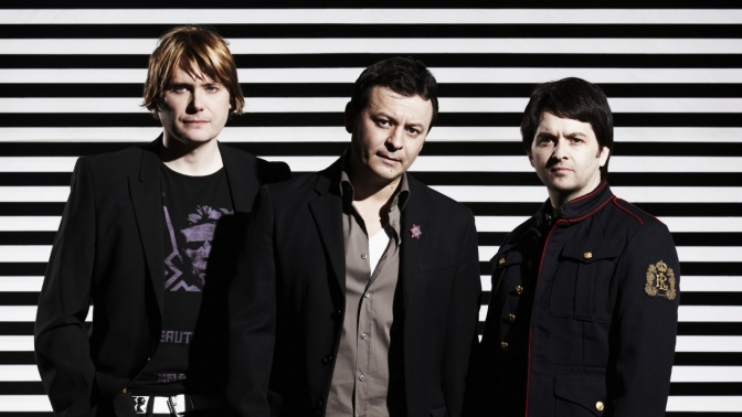 Manic Street Preachers – People Give In